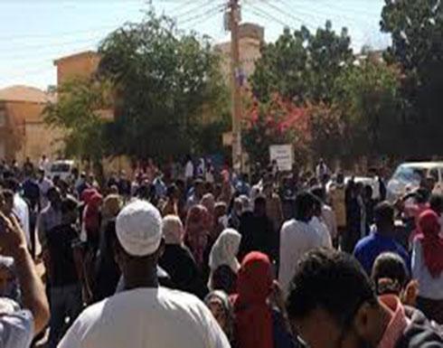 بالفيديو : السودان.. آلاف يتظاهرون قرب مقر قيادة الجيش بالخرطوم