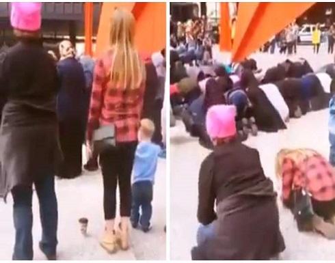 بالفيديو : بعد ازمة كورونا : ايطاليون يصلون خلف المسلمين في الشارع
