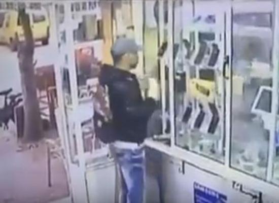 بالفيديو.. لحظة سرقة شاب محل هواتف في وضح النهار