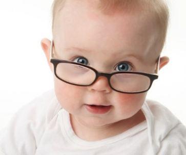 أسئلة وأجوبة.. كيف تعرف أن طفلك مصاب بضعف النظر؟