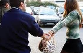 بالفيديو.. لحظة اختطاف حقيبة من يد امرأة تقف بالشارع