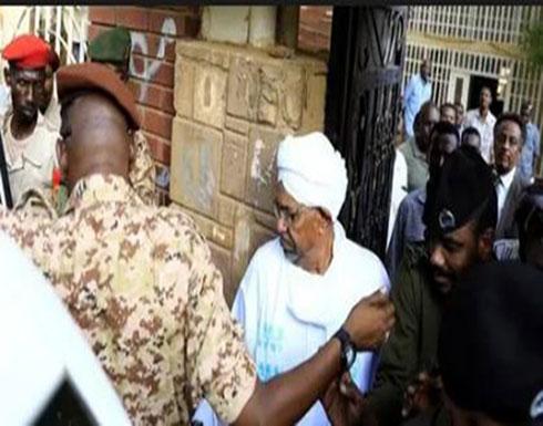 بالفيديو : في أول ظهور له.. نقل البشير من السجن إلى مقر النيابة