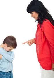 بالفيديو.. أم تعاقب طفلها الصغير بربطه في عمود
