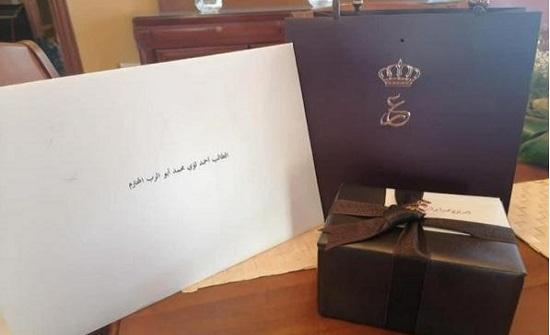 الأردن : الملك يهدي اوائل التوجيهي - صور