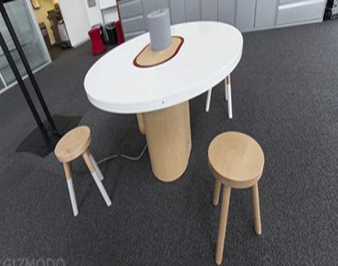 طاولة ذكية جديدة يمكنها الاستماع لحديثك وتسجيله وإحضار ما تريده أمامك
