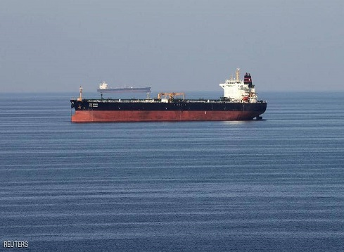 زوارق إيرانية تمنع سحب ناقلة نفط بعد الهجوم في خليج عمان