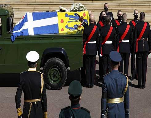 """امرأة """"عارية الصدر"""" تقتحم جنازة الأمير فيليب (صورة)"""