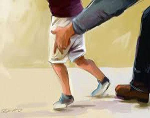 5 شباب يستدرجون طالبًا ويصورونه أثناء تناوبهم على الاعتداء عليه