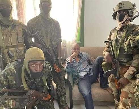 شاهد : انقلاب عسكري في غينيا و اعتقال الرئيس في قصره