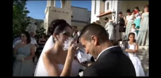 """بالفيديو - عروس فلسطينية تدهش زوجها وأكثر من مليوني شخص بأغنية """"عبالي"""" بعد عقد القران"""