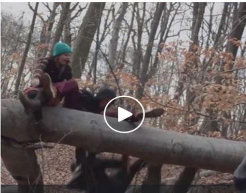 شاب يتسبب في سقوط مروع لأصدقائه (فيديو)