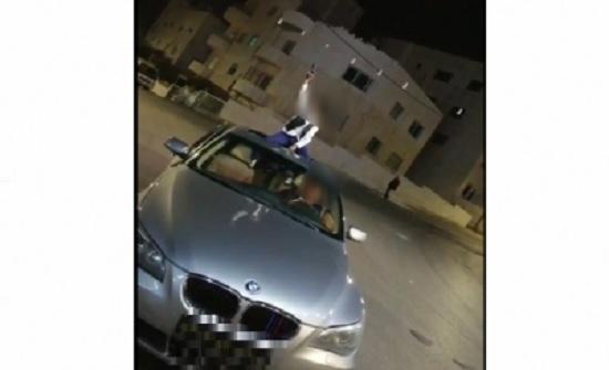 بالفيديو ..عمان : القبض على شخص سلم طفله سلاحا ناريا لاطلاق النار في الشارع