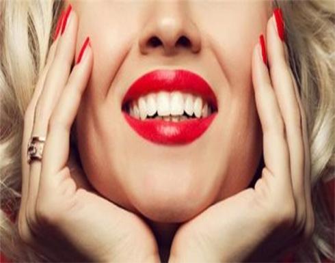 9 أسرار وحيل من خبراء التجميل للحصول على أحمر شفاه مثالى