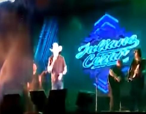 كان يغني.. وفجأة سقط جثة على المسرح أمام الجمهور (فيديو)