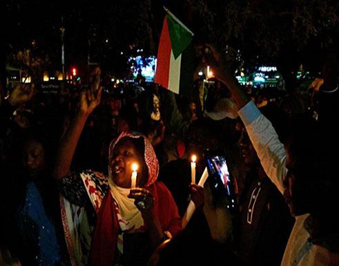 """بالفيديو : مظاهرات ليلية بالسودان تطالب بإسقاط """"العسكر"""" وسلطة مدنية"""