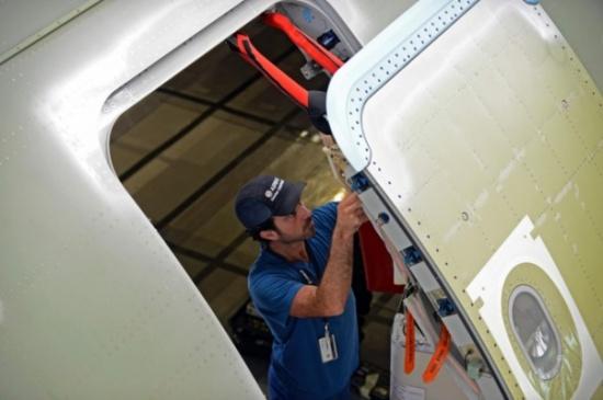 هذا ما يحدث إذا انفتح باب الطائرة في الجو!