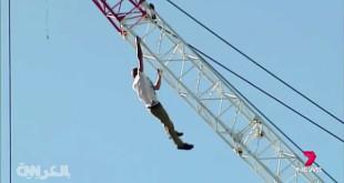 بالفيديو: مغامر روسي يتأرجح على رافعة شاهقة الارتفاع