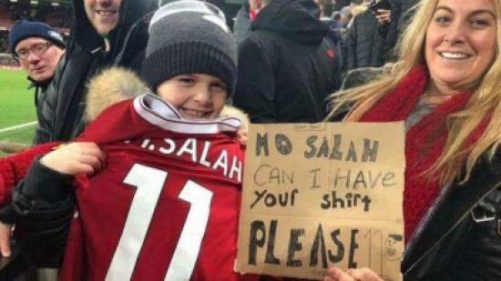 """فيديو.. طفل لـ """"محمد صلاح"""": هل من الممكن أن أحصل على قميصك يا صلاح؟"""