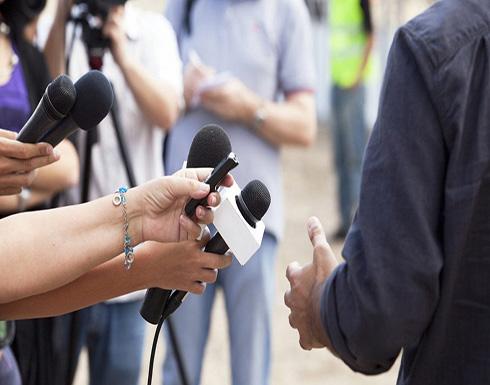 مراسل بريطاني يتجرد من ملابسه على الهواء .. صورة