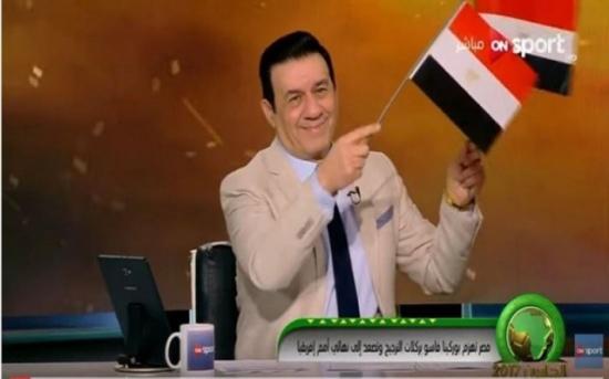بالفيديو: مدحت شلبي يفقد أعصابه ويبكي على الهواء بعد تأهل مصر للمونديال