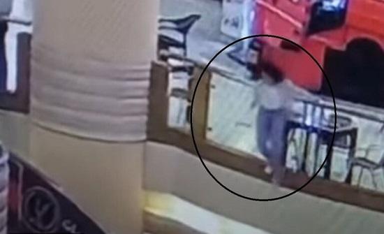 لحظة انتحار فتاة في أشهر مول بمصر- (شاهد)