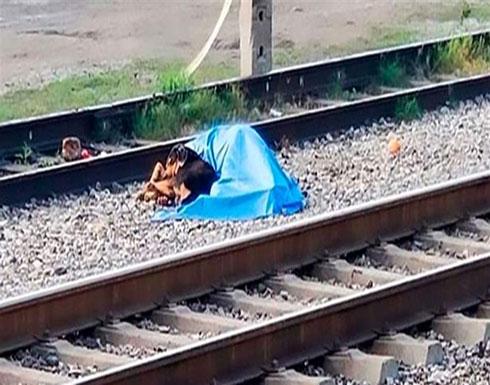 مشهدٌ يفطر القلوب.. كلبٌ مخلص يحمي جثّة صاحبه! (صور)