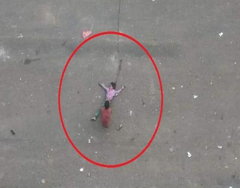 بالصور.. تقشعر لها الأبدان.. طفل يسحب شقيقته بعد قنصها برصاص الحوثي