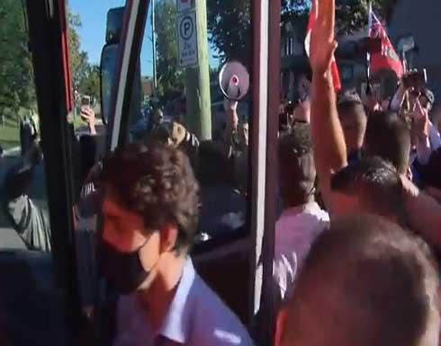 شاهد : محتجون يرشقون رئيس وزراء كندا بالحصى