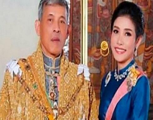 """ملك تايلاند يُعيد لقب """"القرينة المحظية"""" لعشيقته بعد أن اتهمها بمنافسة زوجته"""