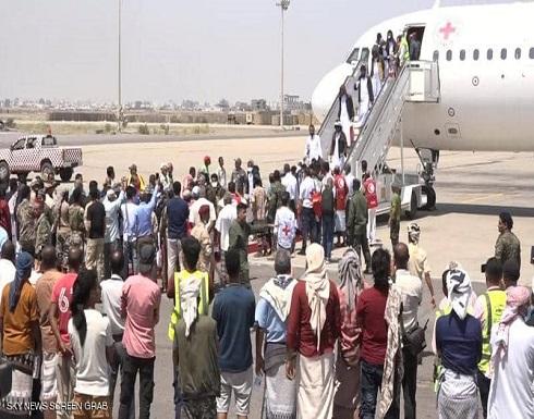 وصول الدفعة الأخيرة من أسرى الحكومة اليمنية المحررين لعدن .. بالفيديو
