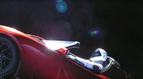 إطلاق أول سيارة إلى الفضاء