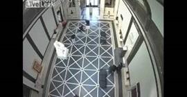 بالفيديو.. لحظة سقوط عامل وتعويضه بـ 7 ملايين دولار