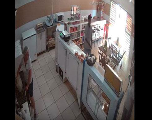 لحظة إنقاذ امرأة شجاعة لمحل من السرقة (فيديو)