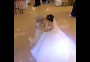 بالفيديو.. رقصة بين عروس وأمها تتسبب في بكاء المعازيم