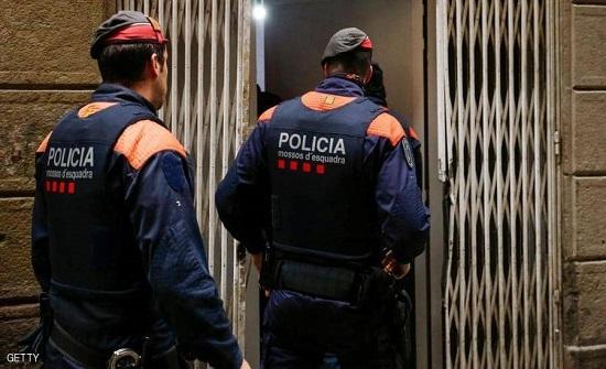 """فيديو : يهاجم الشرطة الإسبانية عاريا.. """"أنا مصاب بكورونا"""""""