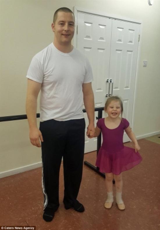 بالفيديو والصور.. أب يسعد طفلته بمشاركتها رقصة باليه