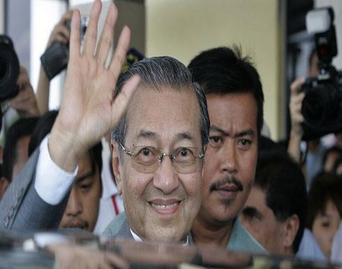 ملك ماليزيا يقبل استقالة مهاتير محمد ويطلب منه البقاء لتصريف الأعمال