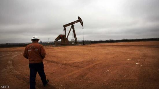 أسعار النفط تتراجع مع تنامي الإنتاج الصخري