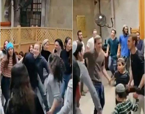 بالفيديو : إسرائيليون داخل المسجد الإبراهيمي بأحذيتهم ويؤدون رقصات تلمودية