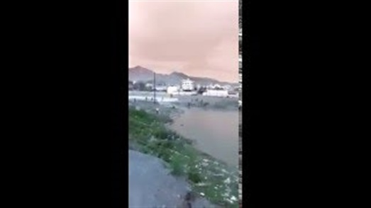 بالفيديو.. لحظة غرق شاب يمني أمام زوجته ووالدته