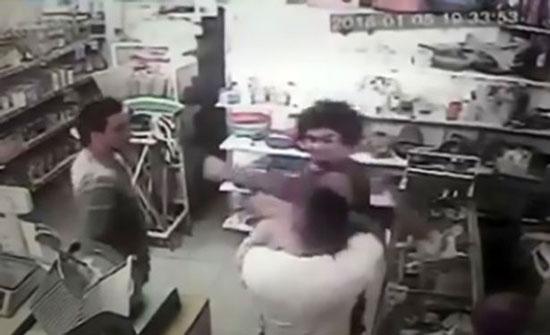رضيع يقع ضحية مشاجرة بين والده ورجل (فيديو)