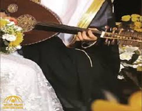 عريس عربي يعزف على العود وزوجته تغني.. فيديو