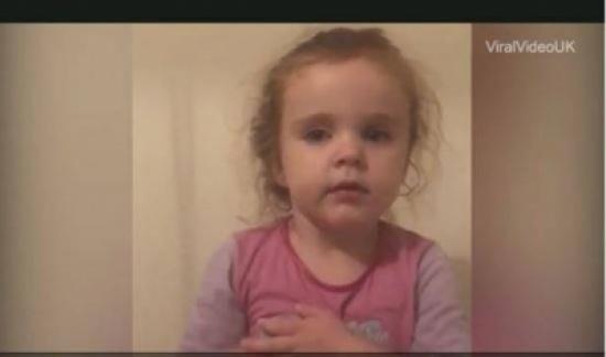 بالفيديو: وبخّتها أمها.. لن تصدق ردة فعل هذه الطفلة!