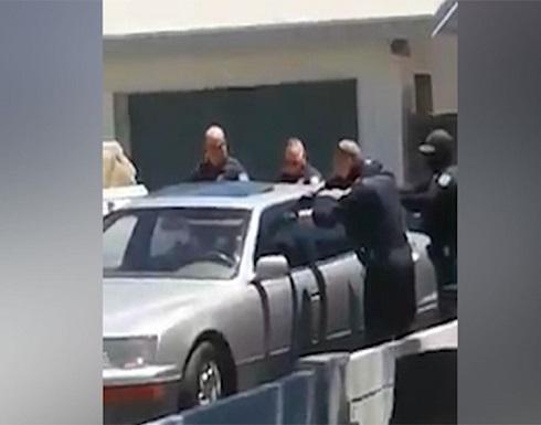 شاهد : شرطي أمريكي يقتل رجلا لاتينيا داخل سيارته