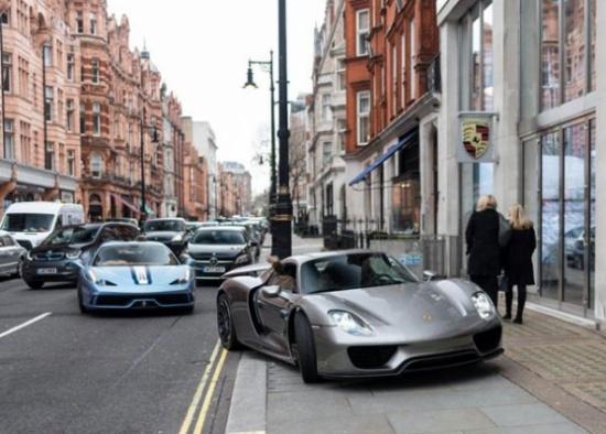 بالصور.. مراهق بريطاني يصطدم بسيارة فيراري باهظة خلال تعلمه القيادة