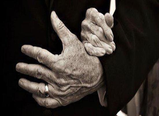 بالصور: الحبّ الحقيقي.. رجل يعتني بزوجته المقعدة منذ 56 عامًا