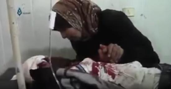 مشهد تقشعر له الأبدان .. أم سورية تودع ابنها المُصاب وتلقنه الشهادتين