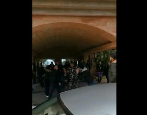 بالفيديو : الأمن يقمع متظاهرين يحتجون أمام منزل وزير لبناني