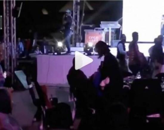 بالفيديو - منّة عرفة برد فعل عنيف بعد أن وضع إدوارد يده عليها أمام الجمهور