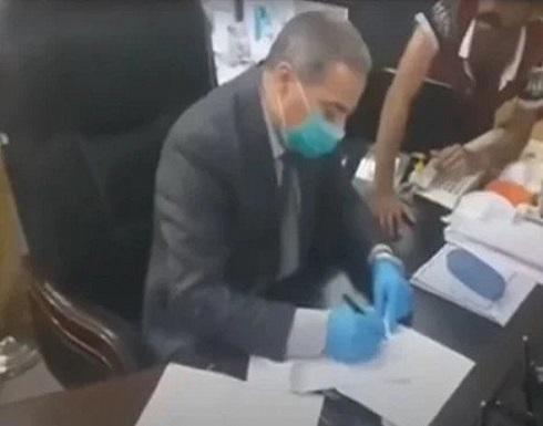 شاهد : عراقيون يجبرون مسؤولا في الصحة على الاستقالة بعد اقتحام مكتبه